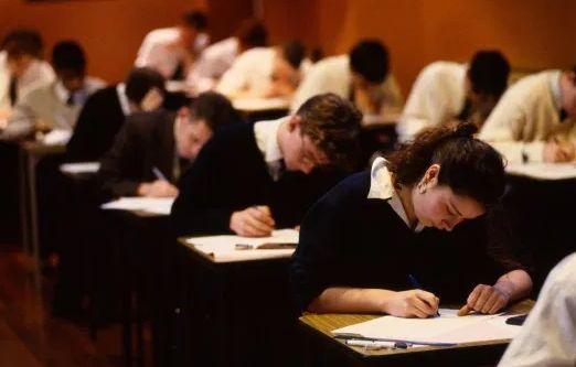 英国首相宣布学校停课,取消今年高考