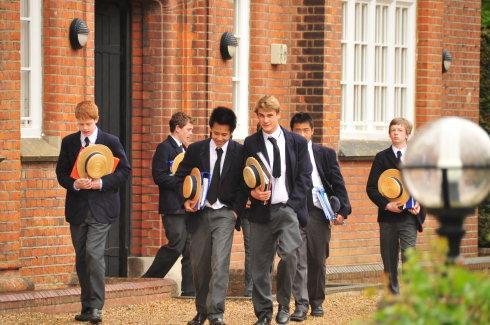 让孩子中学去英国留学需要注意什么
