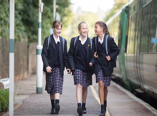 11岁去英国读小学好还是中学好?